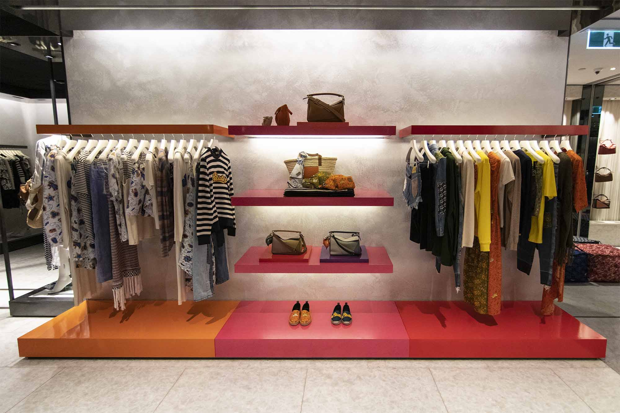 Custom_Fashion_Display_Shelf_2